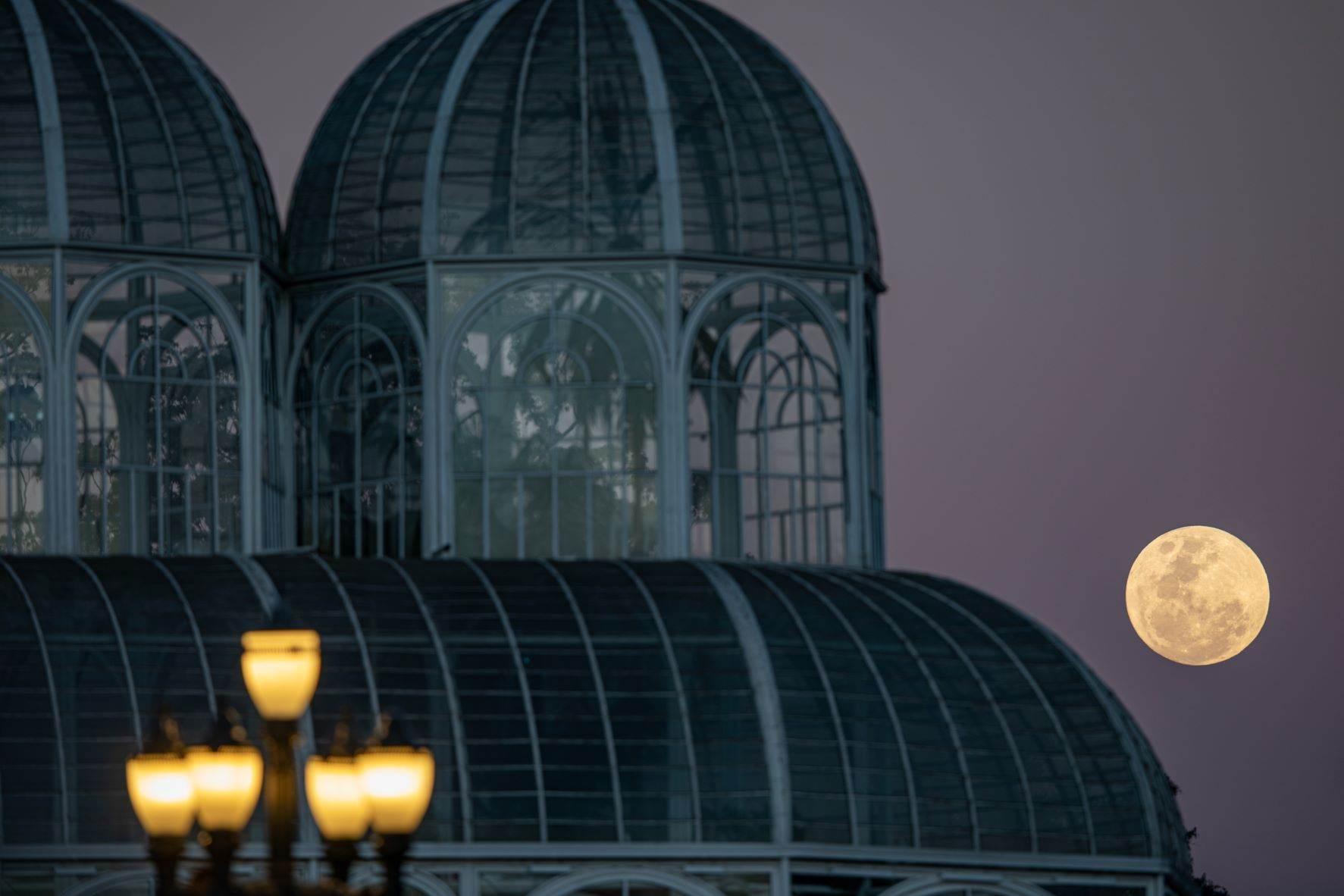 Lua cheia é vista ao lado da estufa do Jardim Botânico em Curitiba