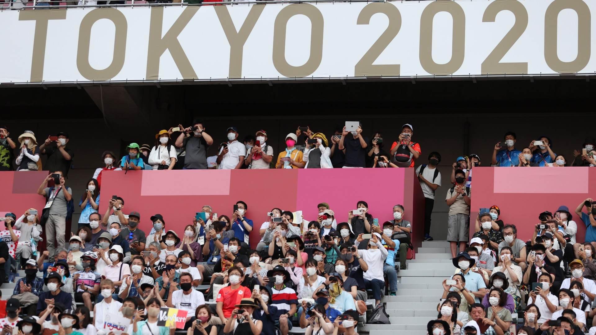 Fãs acompanham a cerimônia de medalha do ciclismo masculino em Shizuoka