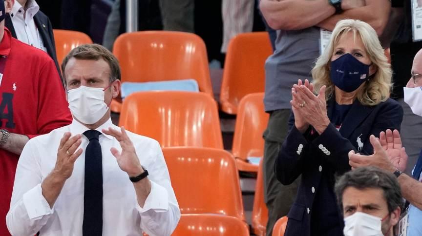 O presidente da França, Emmanuel Macron, e a primeira-dama dos EUA, Jill Biden, acompanham a competição de Basquete 3x3