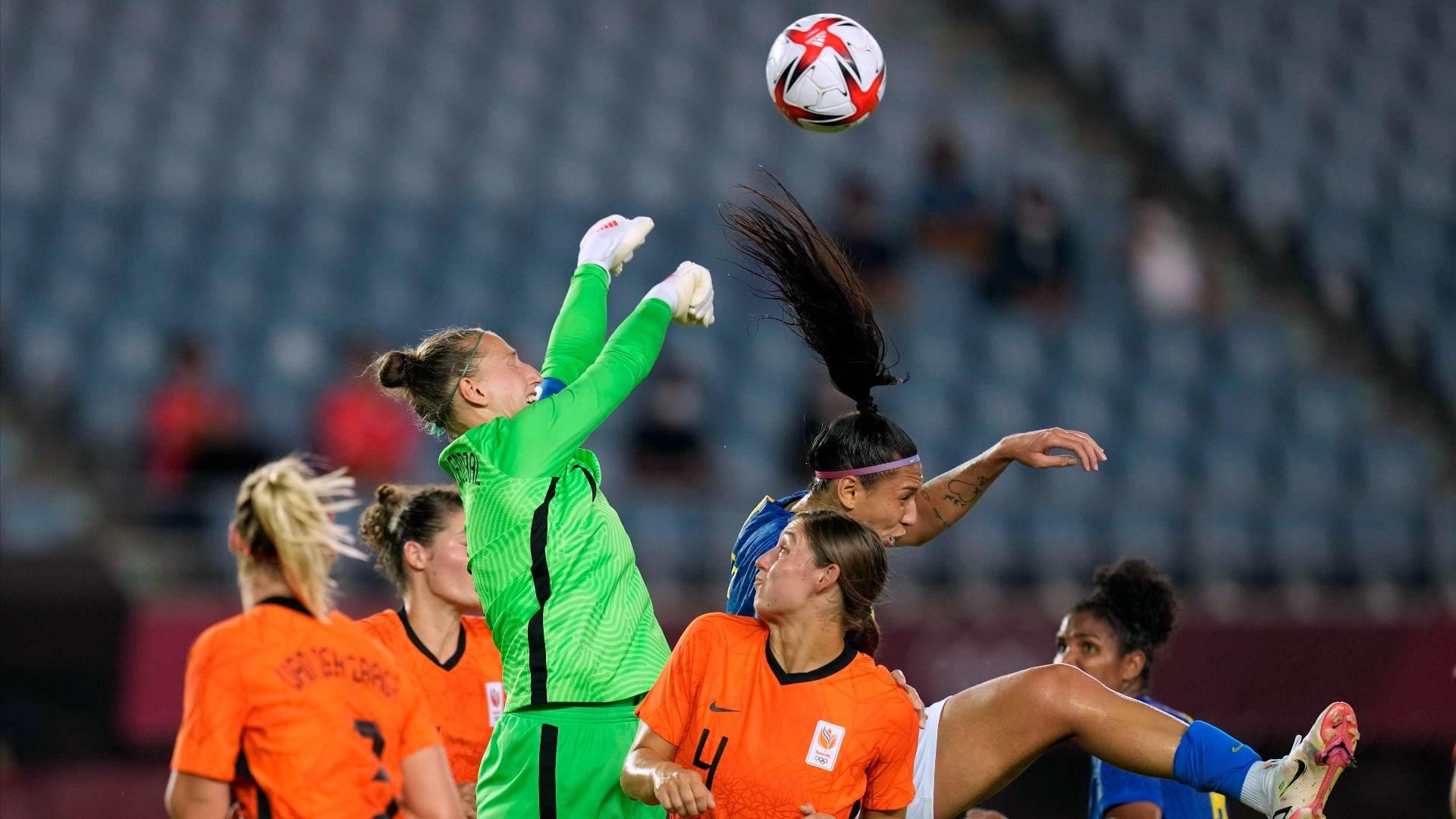 Sari van Veenendaal, goleira da Holanda, sobe para afastar bola