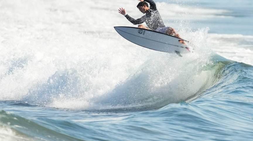 Finais do surfe nas Olimpíadas foram adiantadas pela organização; na imagem, Gabriel Medina treina no Japão