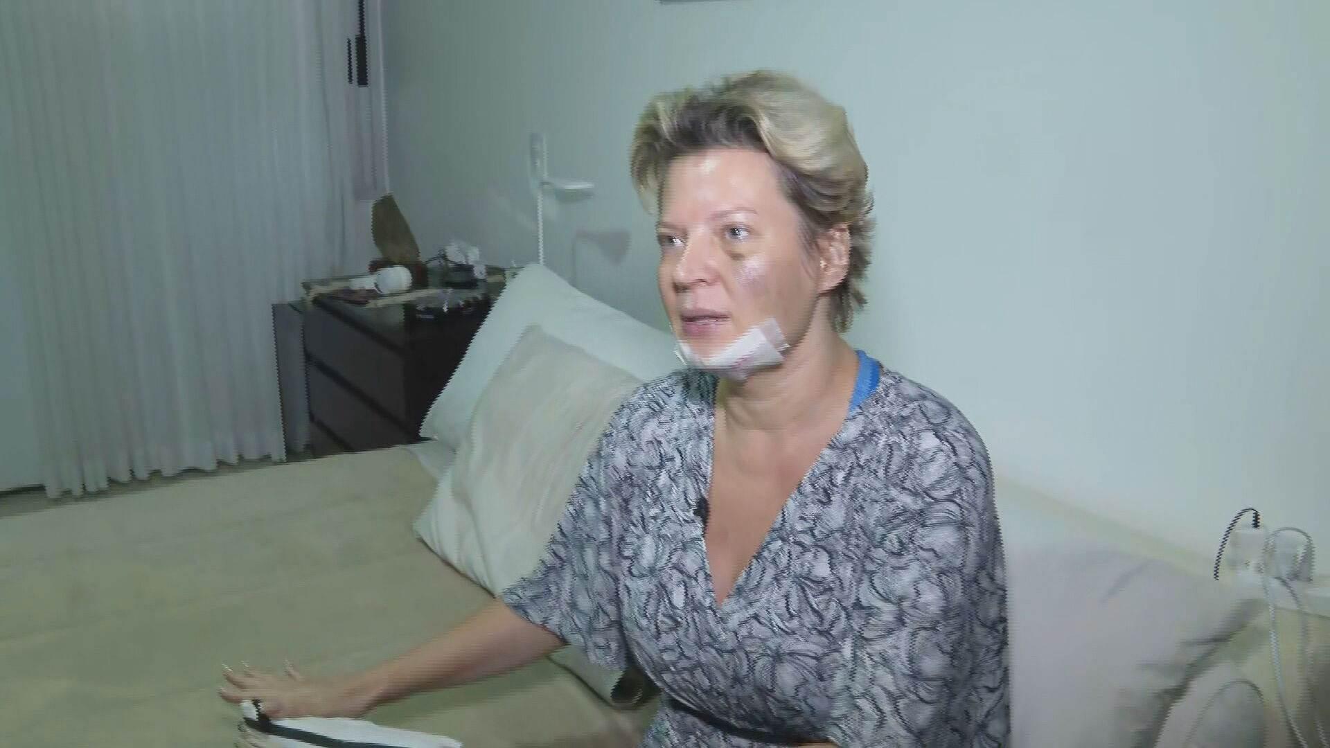 A deputada federal Joice Hasselmann (PSL-SP) mostra local das supostas agressões