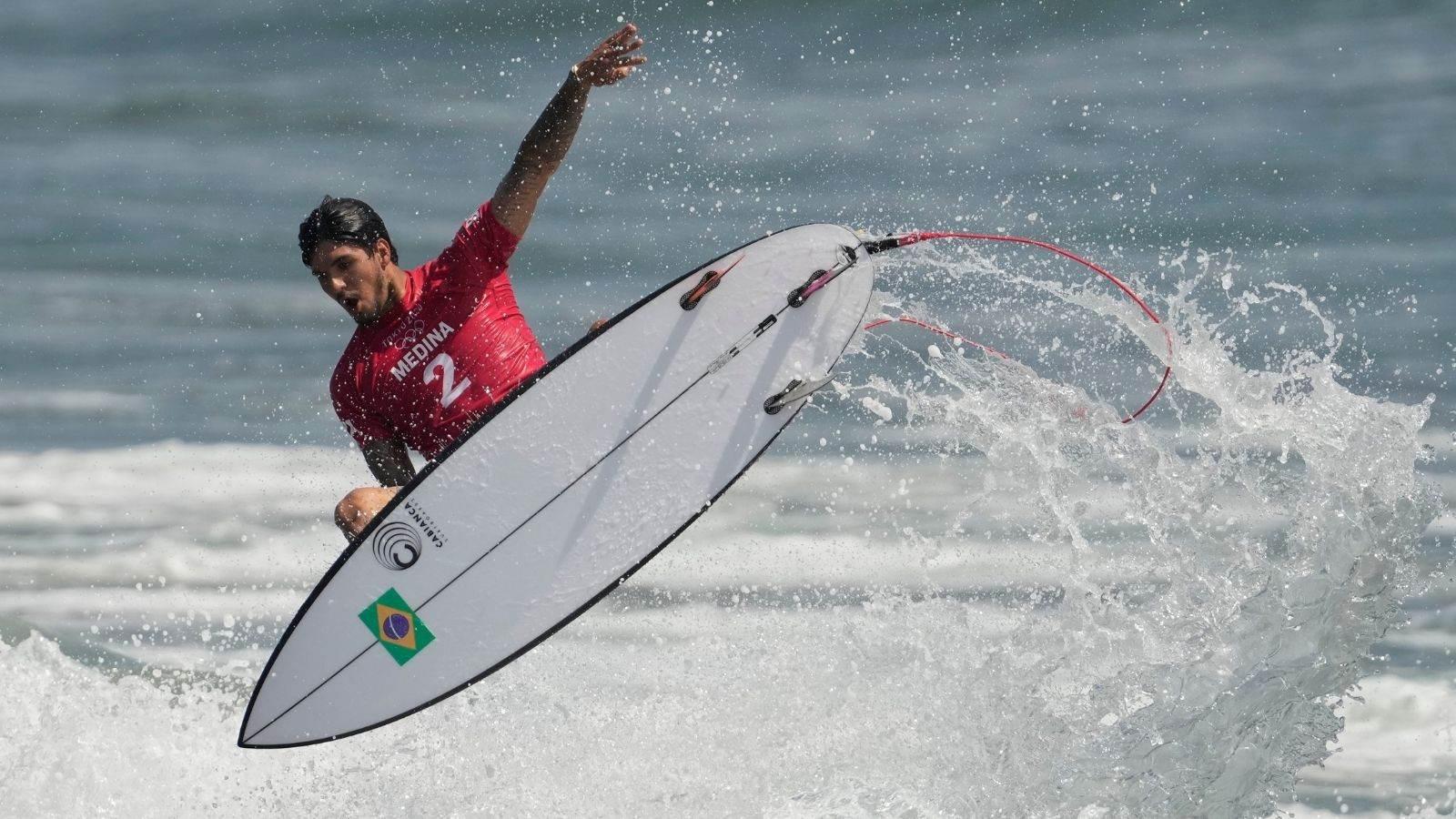 Gabriel Medina surfa onda na praia de Tsurigasaki