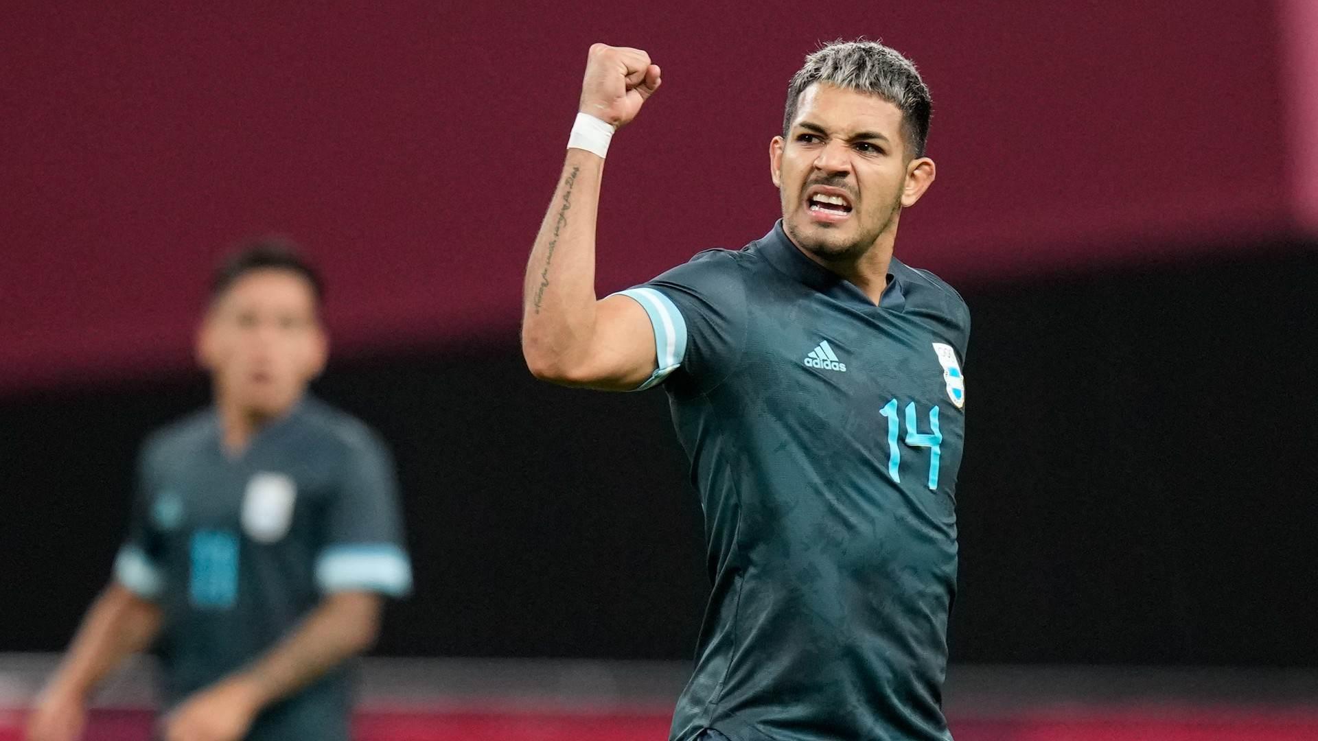 Facundo Medina comemora o gol da Argentina na vitória por 1 a 0 contra o Egito