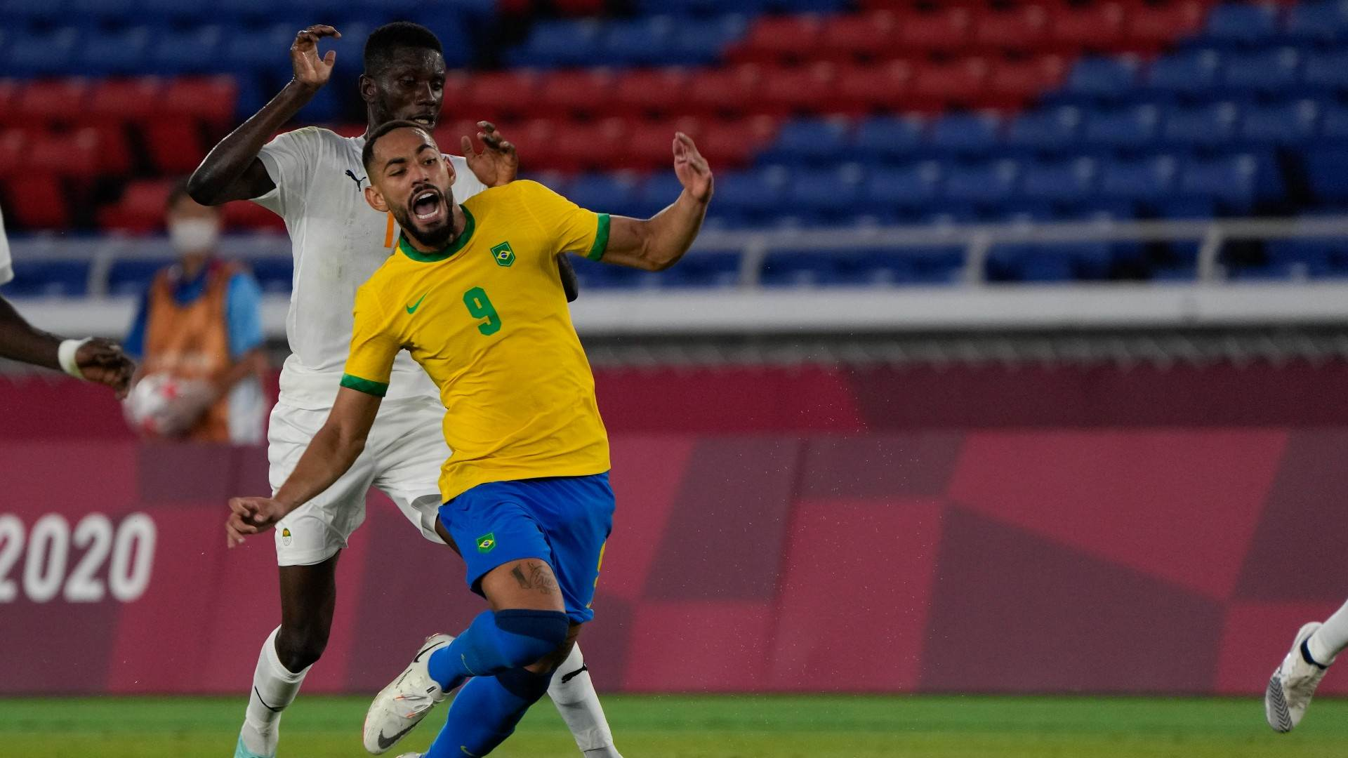 Matheus Cunha sofre falta de Eboue Kouassi no empate com Costa do Marfim