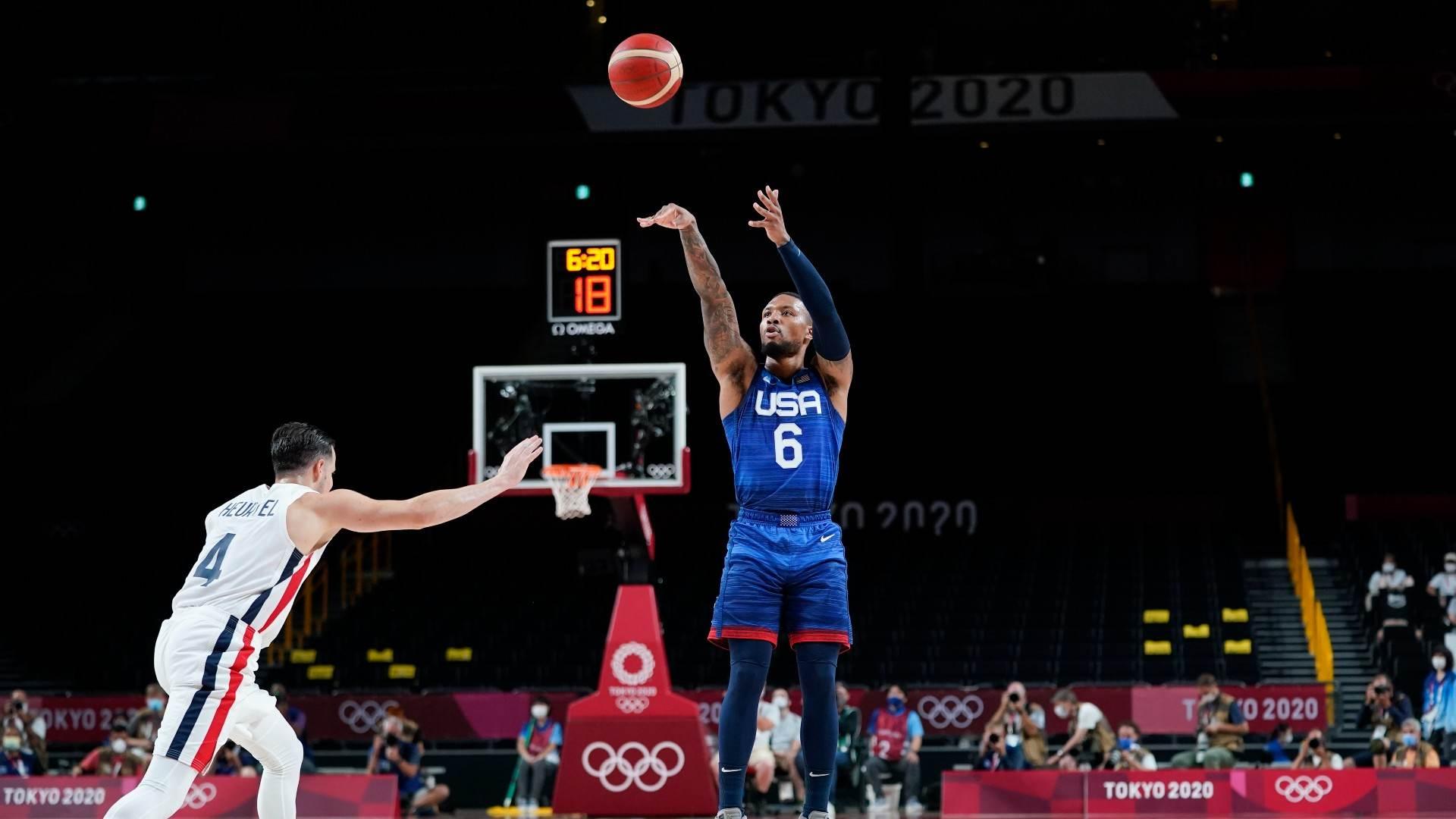 Damian Lillard, dos EUA, arremessa para 3 pontos contra a França