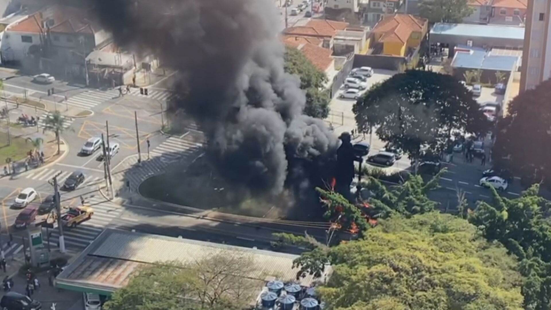 Incêndio na escultura do bandeirante Borba Gato