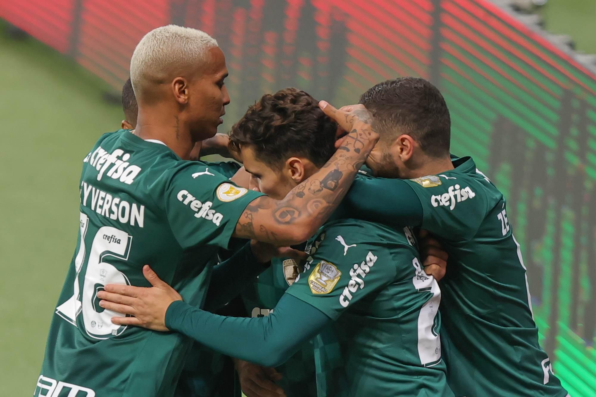 Jogadores do Palmeiras comemoram o gol contra o Fluminense