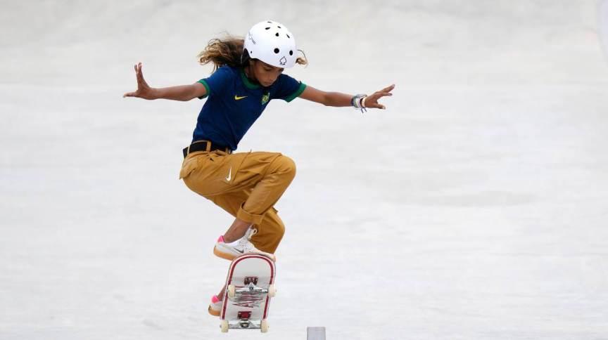 Rayssa Leal, a Fadinha, em manobra na final do skate street nas Olimpíadas de 2020