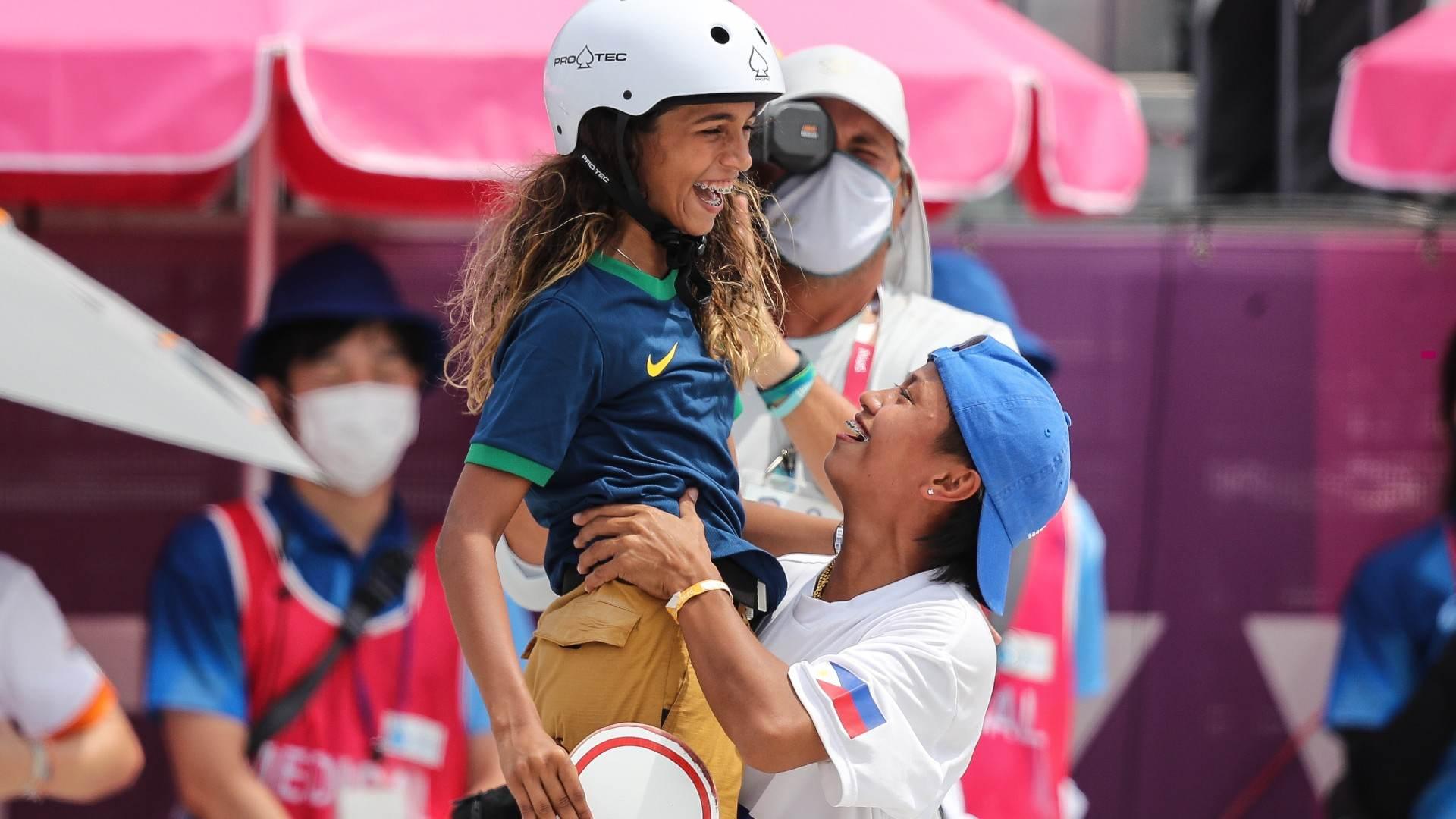 Sem companheiras do Brasil na pista, Rayssa contou com o apoio da filipina