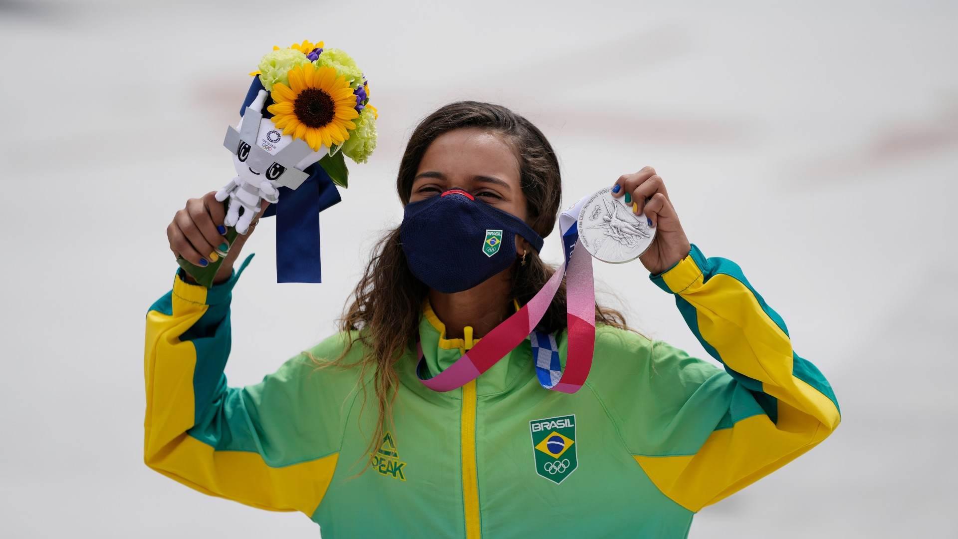 Com apenas 13 anos, skatista brasileira Rayssa Leal ganhou a prata no skate