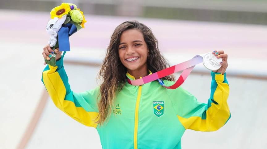 Rayssa Leal, a 'Fadinha', celebra a conquista da medalha de prata no skate street