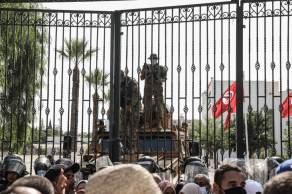 Presidente Kais Saied destituiu o primeiro-ministro do país e congelou as atividades do parlamento; ação é rotulada de golpe pela oposição