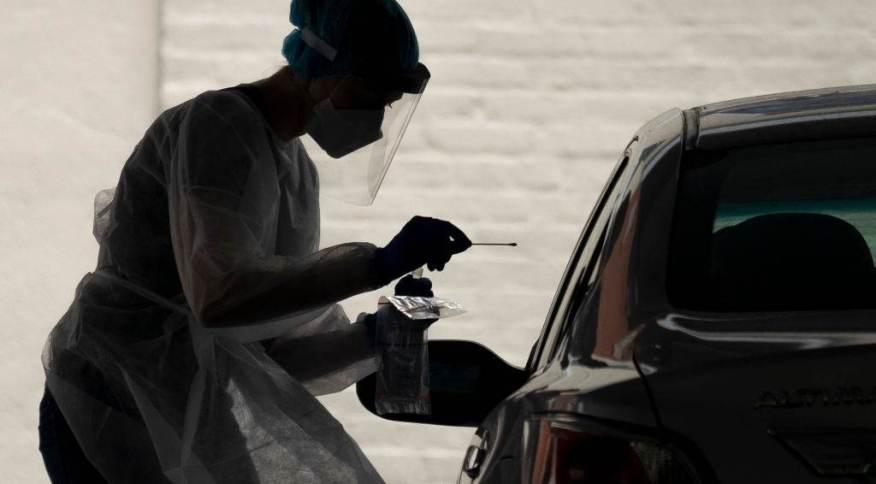 Mulher testando pessoa para o coronavírus em Washington D.C.