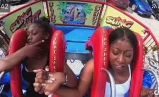 No vídeo, é possível ver que as duas moças estavam com medo da atração