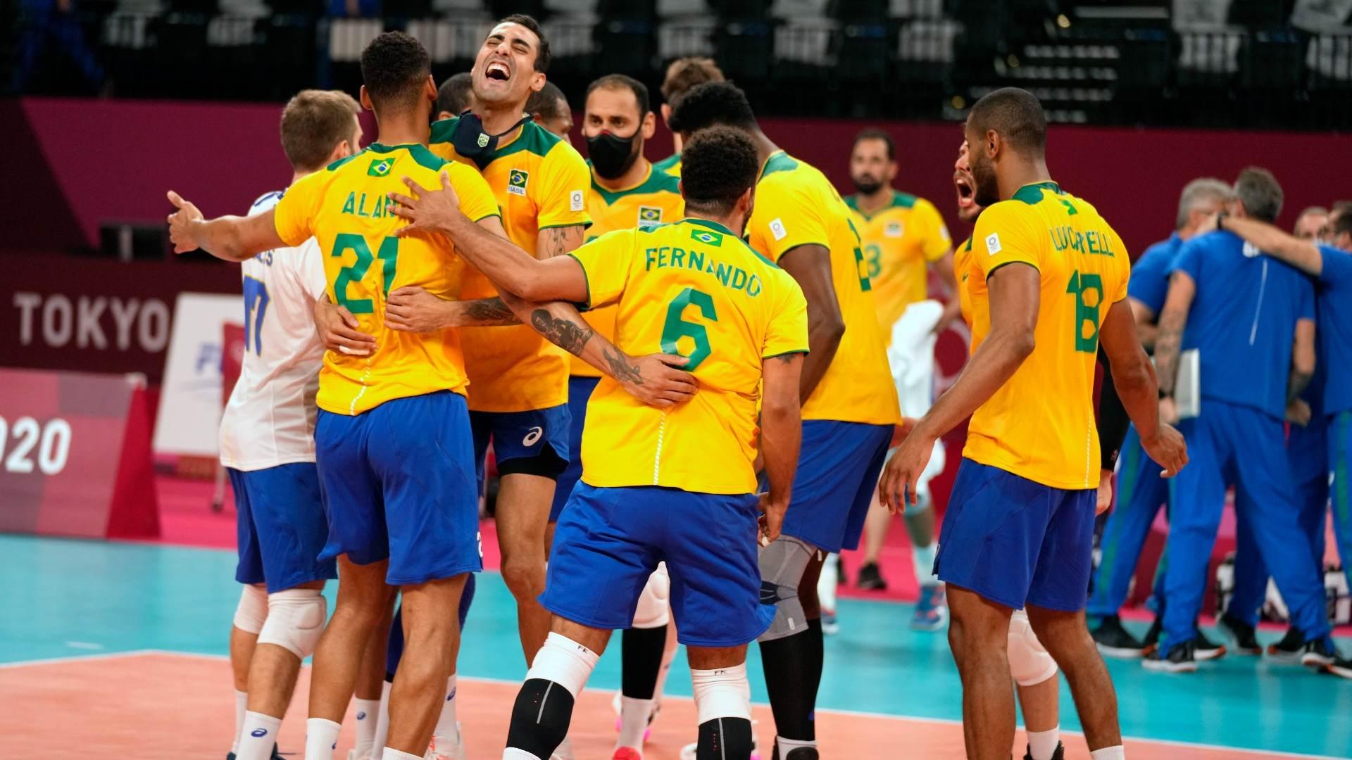 Seleção masculina de vôlei do Brasil celebra vitória por 3 a 2, sobre Argentina