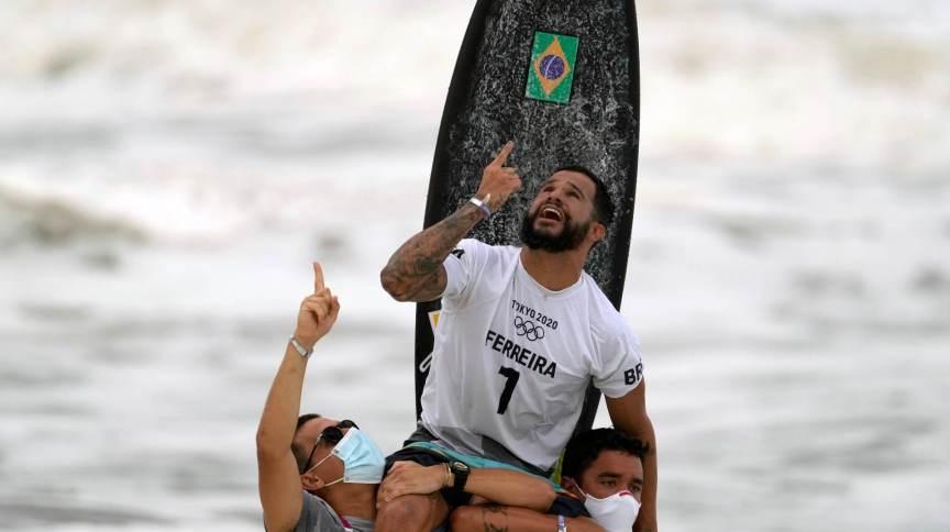 Ítalo Ferreira celebra a conquista do ouro no surf, a primeira do Brasil em Tóquio