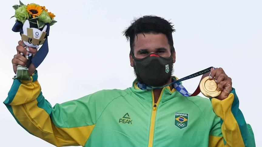 Ítalo Ferreira com a medalha de ouro conquistada no surfe em Tóquio