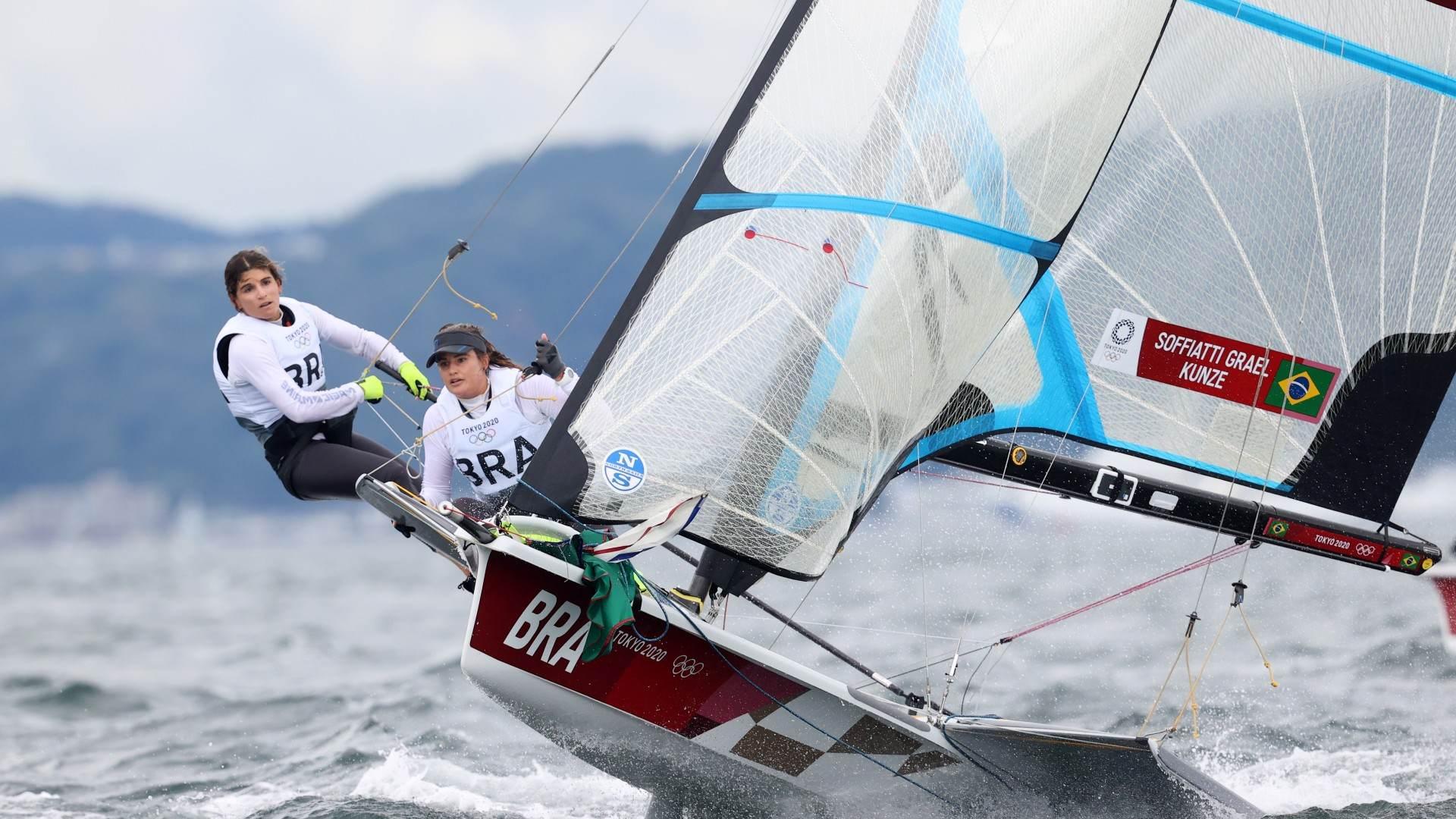 Martine Grael e Kahena Kunze competem na classe 49erFX da vela no Japão
