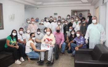 Generoza Araujo recebeu alta com palmas e cercada de carinho da equipe médica e de familiares em hospital de Itaperuna