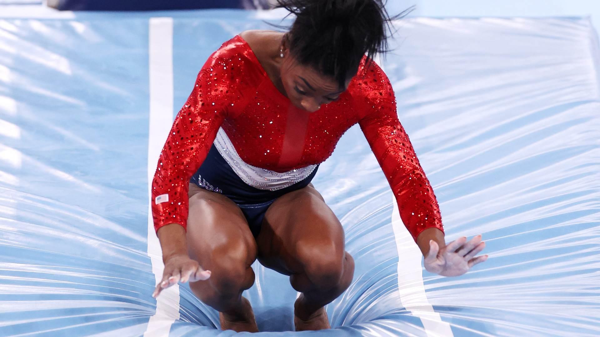 Simone Biles, dos EUA, teve dificuldade no salto durante final por equipe