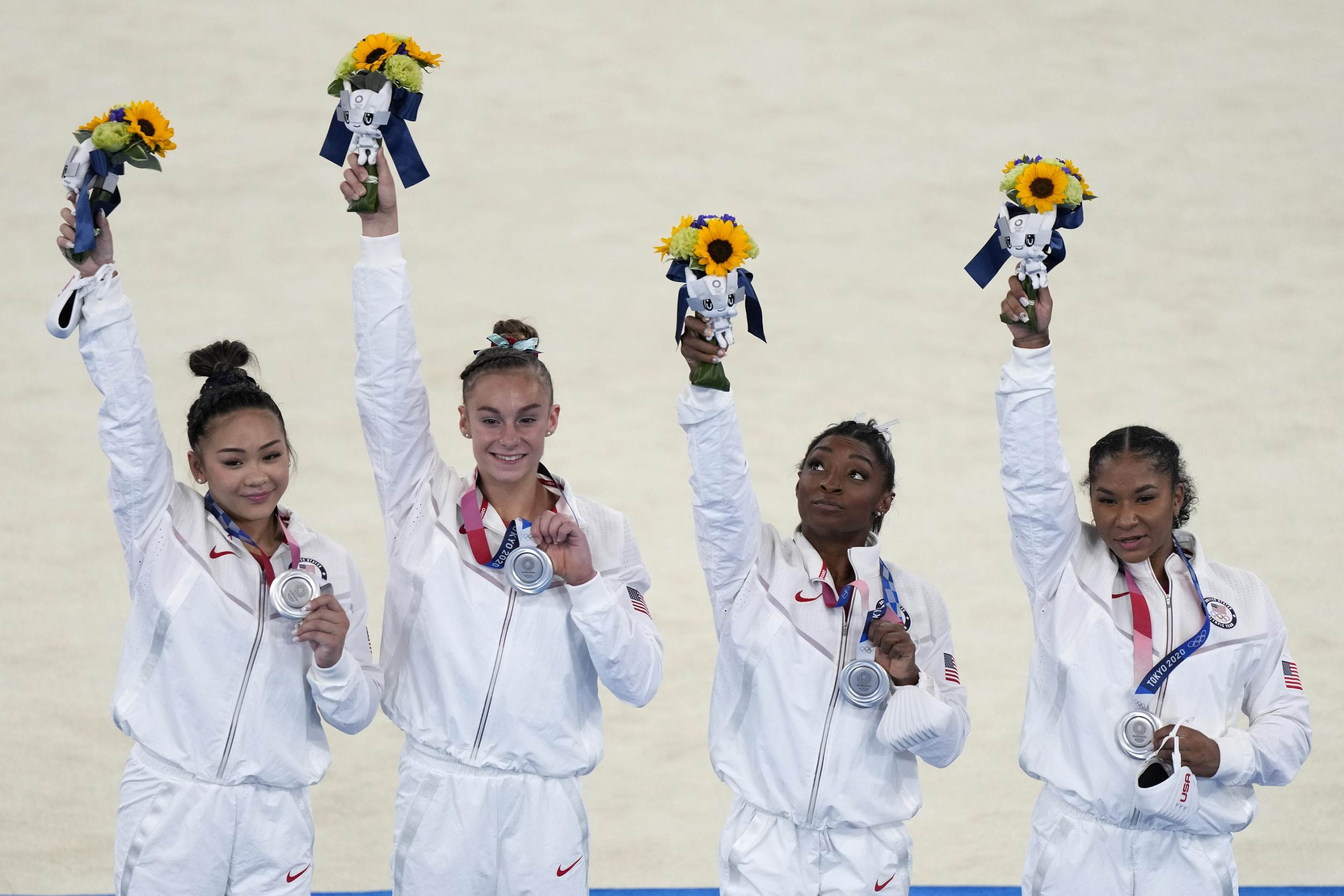 Norte-americanas, com Simone Biles, recebem medalha de prata em Tóquio