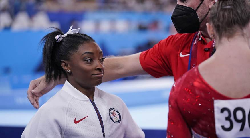 Técnica norte-americana consola Simone Biles após sua desistência na ginástica por equipes das Olimpíadas 2020