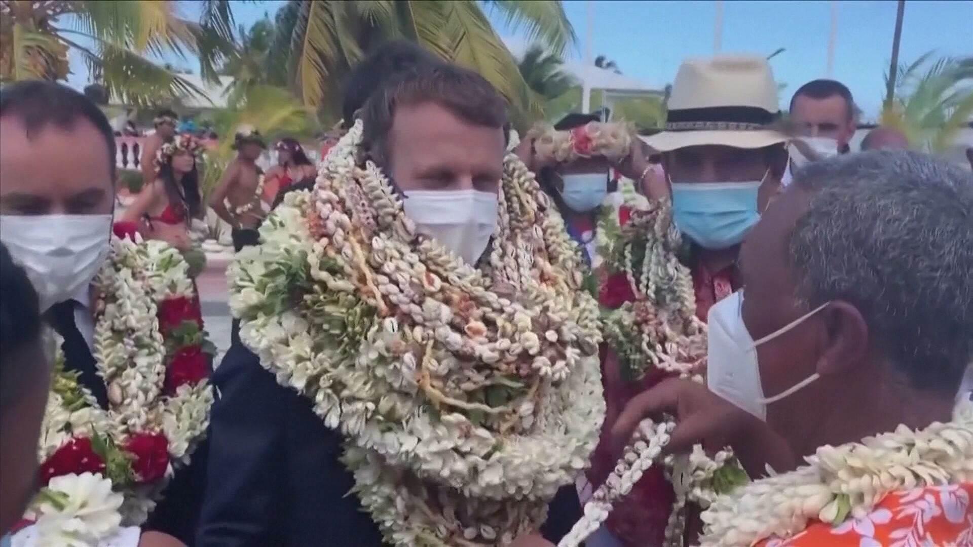 Emmanuel Macron, foi recebido com flores na Polinésia Francesa