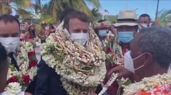Moradores locais receberam o presidente francês com guirlandas
