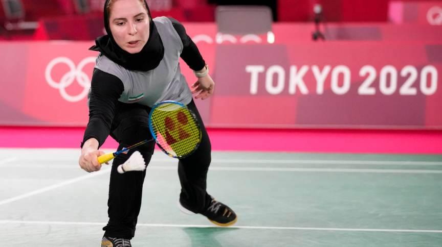 Soraya Aghaei Hajiagha, do Irã, compete de calças e hijab no torneio de badminton das Olimpíadas