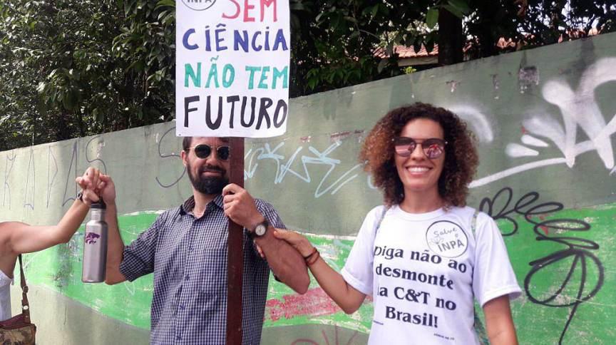Manifestação contra cortes de bolsas no CNPq em Manaus (AM)