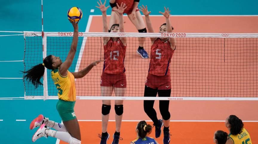 Fernanda Garay tenta superar bloqueio do Japão na terceira partida da seleção feminina de vôlei em Tóquio