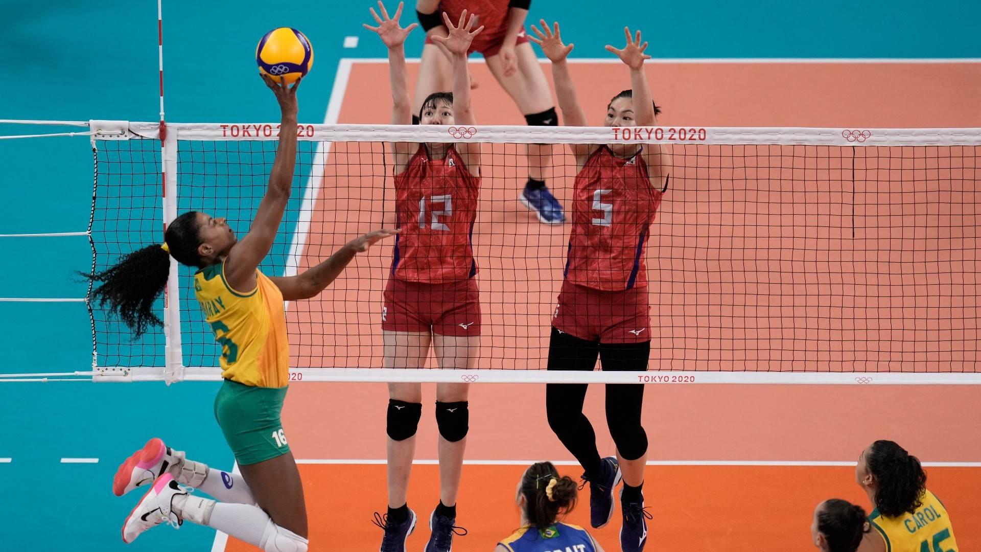 Fernanda Garay tenta superar bloqueio do Japão na 3ª partida do vôlei feminino