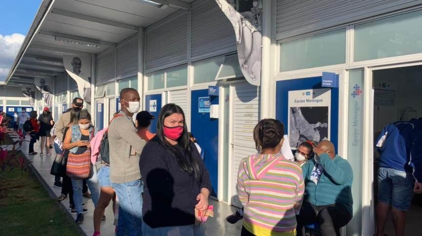 Fila para vacinação na campanha contra a Covid no Complexo da Maré (RJ)