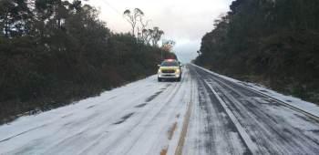 Temperaturas negativas causam queda de neve nas serras gaúcha e catarinense e fortes geadas no centro-sul do país