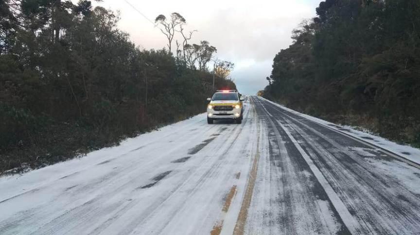 O tráfego foi interditado na rodovia SC-390 da Cascata do Avencal até entrada de Urubici, em Santa Catarina, para ambos os sentidos, devido ao congelamento da pista