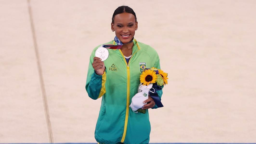 Rebeca Andrade com a medalha de prata conquistada na ginástica artística