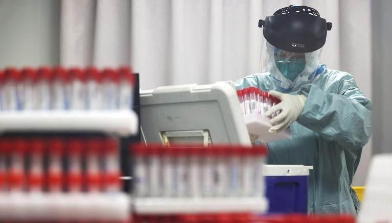 Um trabalhador médico analisa amostras de residentes locais a serem testadas para Covid-19 em um laboratório em Nanjing, China, em 24 de julho.