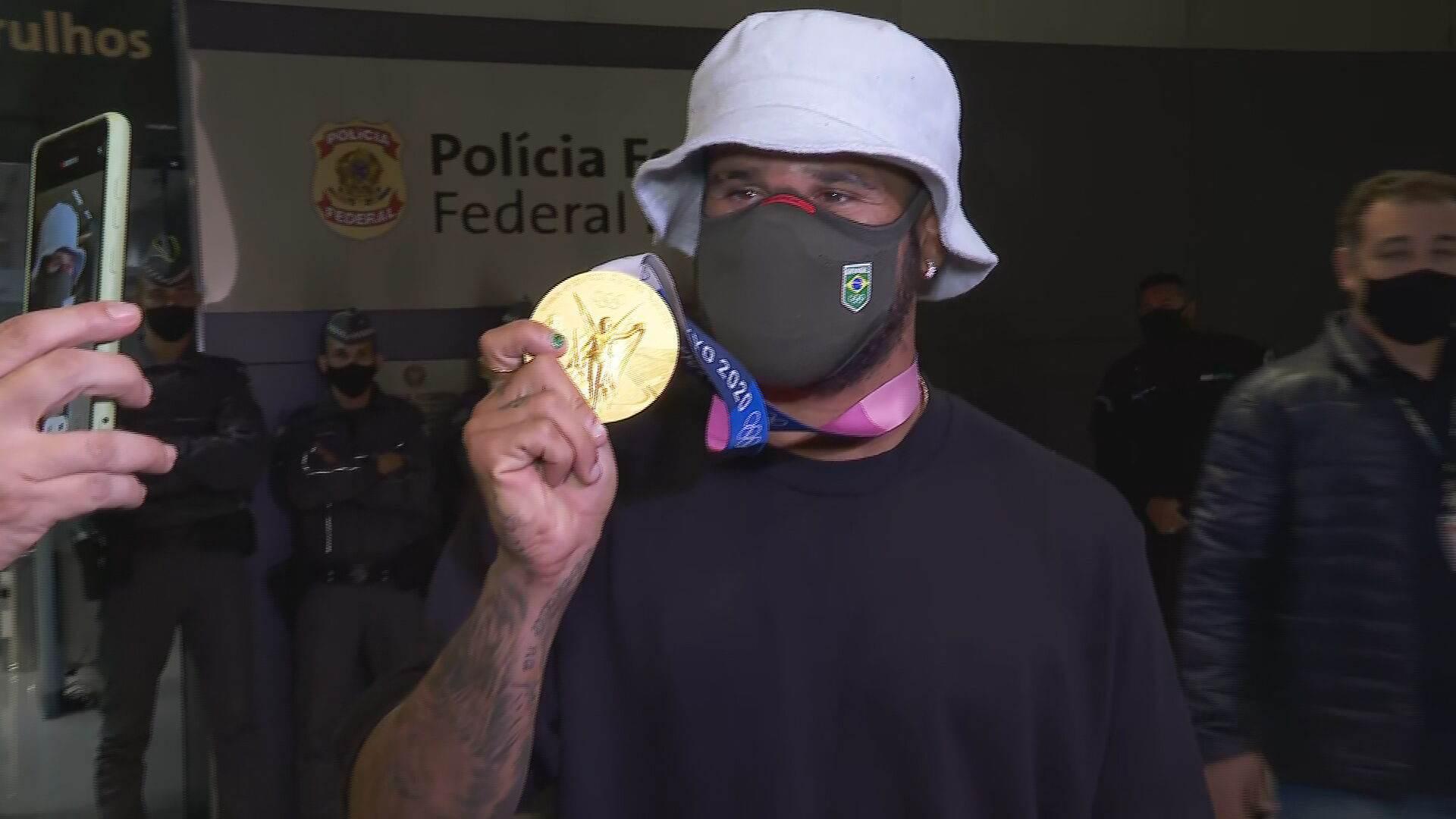 Campeão olímpico do surfe, Ítalo Ferreira chega ao Brasil após a vitória nas Oli