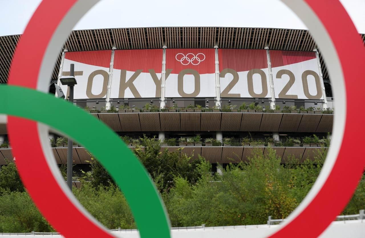 Estádio Nacional de Tóquio emoldurado por um dos anéis olímpicos