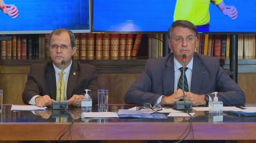 Coronel Eduardo (E) ao lado do presidente Jair Bolsonaro durante live semanal