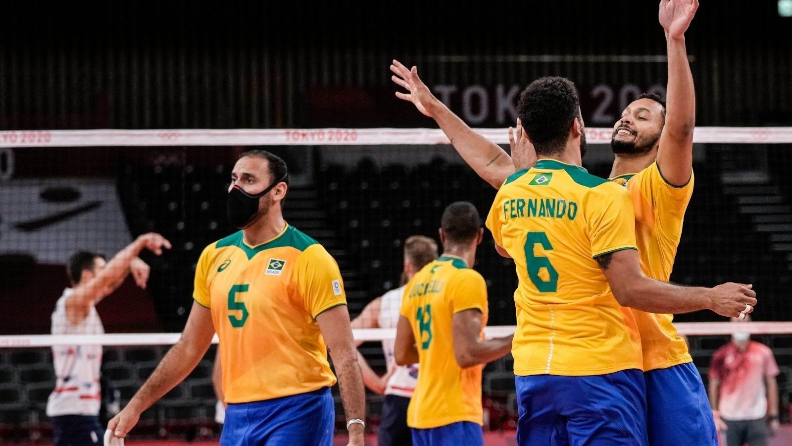 Jogadores da seleção brasileira de vôlei comemoram um ponto