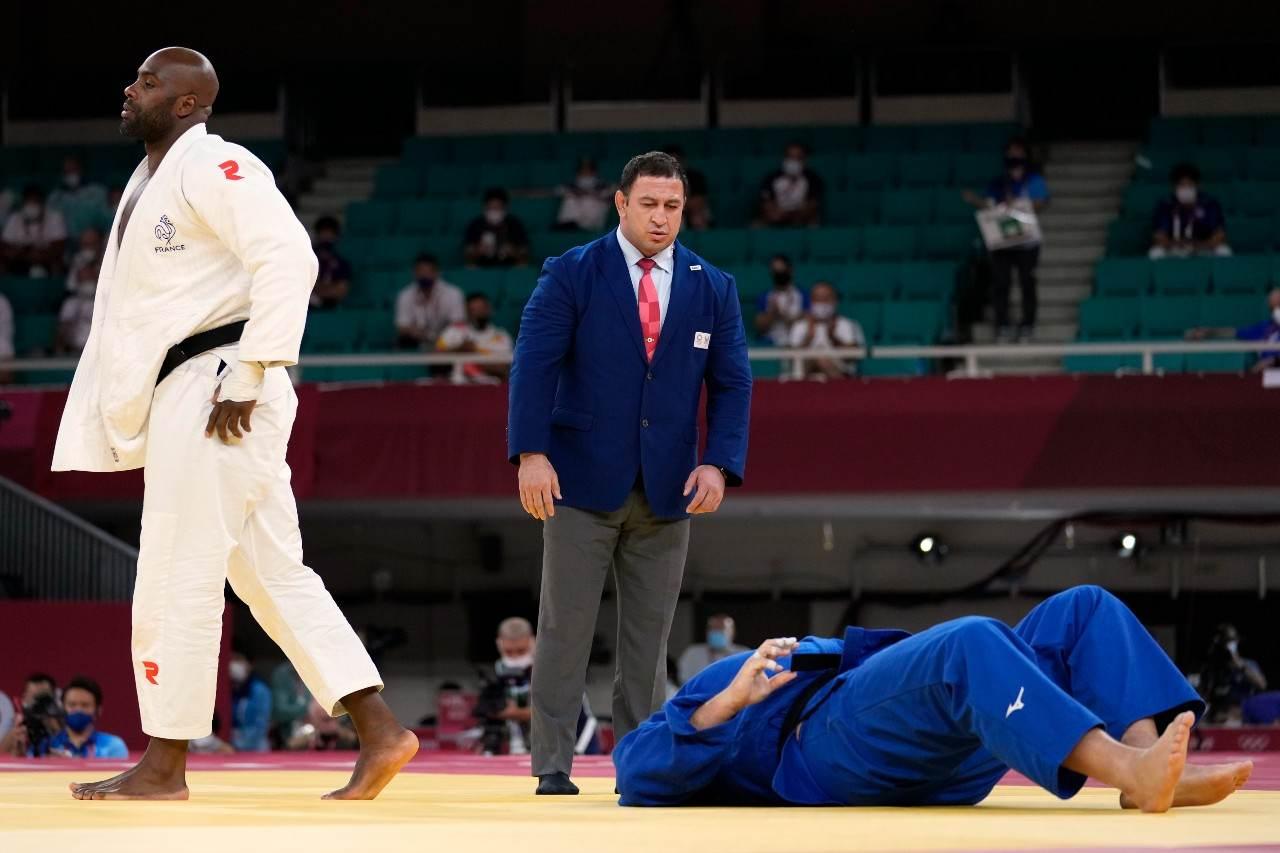 O judoca francês Teddy Riner se afasta do judoca brasileiro Rafael Silva, Baby
