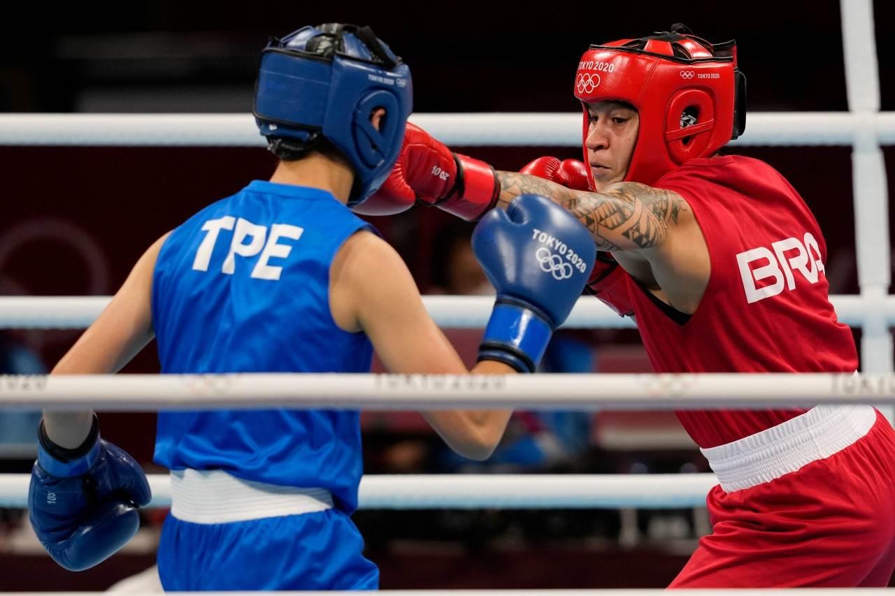 Beatriz Ferreira golpeia a lutadora de Taiwan Wu Shih-Yi