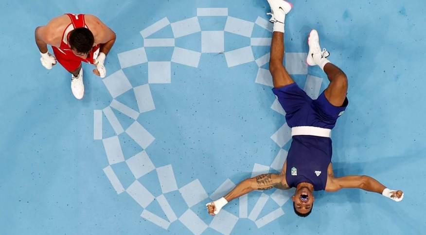 Abner Teixeira (D) vai ao chão após derrotar jordaniano e garantir, no mínimo, a medalha de bronze nas Olimpíadas
