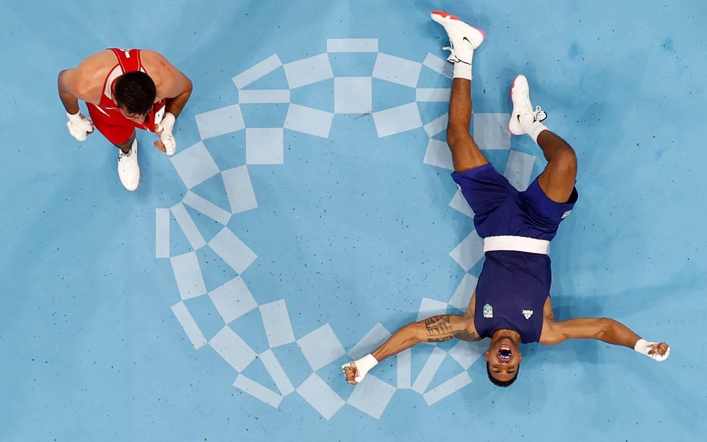 Abner Teixeira (D) vai ao chão após garantir, no mínimo, bronze nas Olimpíadas