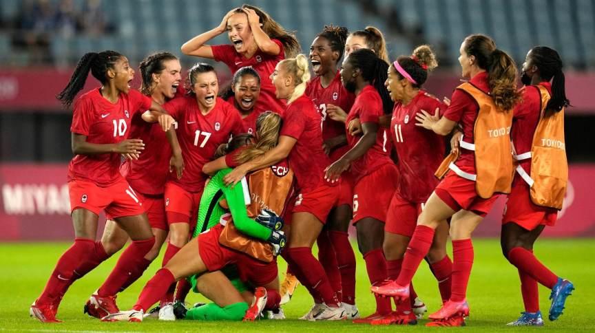 Jogadoras do Canadá abraçam goleira Labbe e comemoram classificação para semifinal no futebol feminino