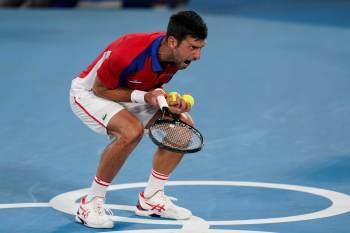 Tenista sérvio venceu primeiro set, mas levou virada do alemão Alexander Zverev e acabou fora da disputa pela inédita medalha de ouro em Tóquio