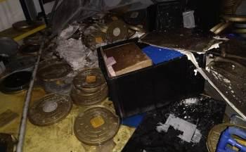 Espaço para arquivos tem cerca de quatro toneladas de documentos; imagens mostram rolos de filmes danificados pelo fogo e espalhados no chão