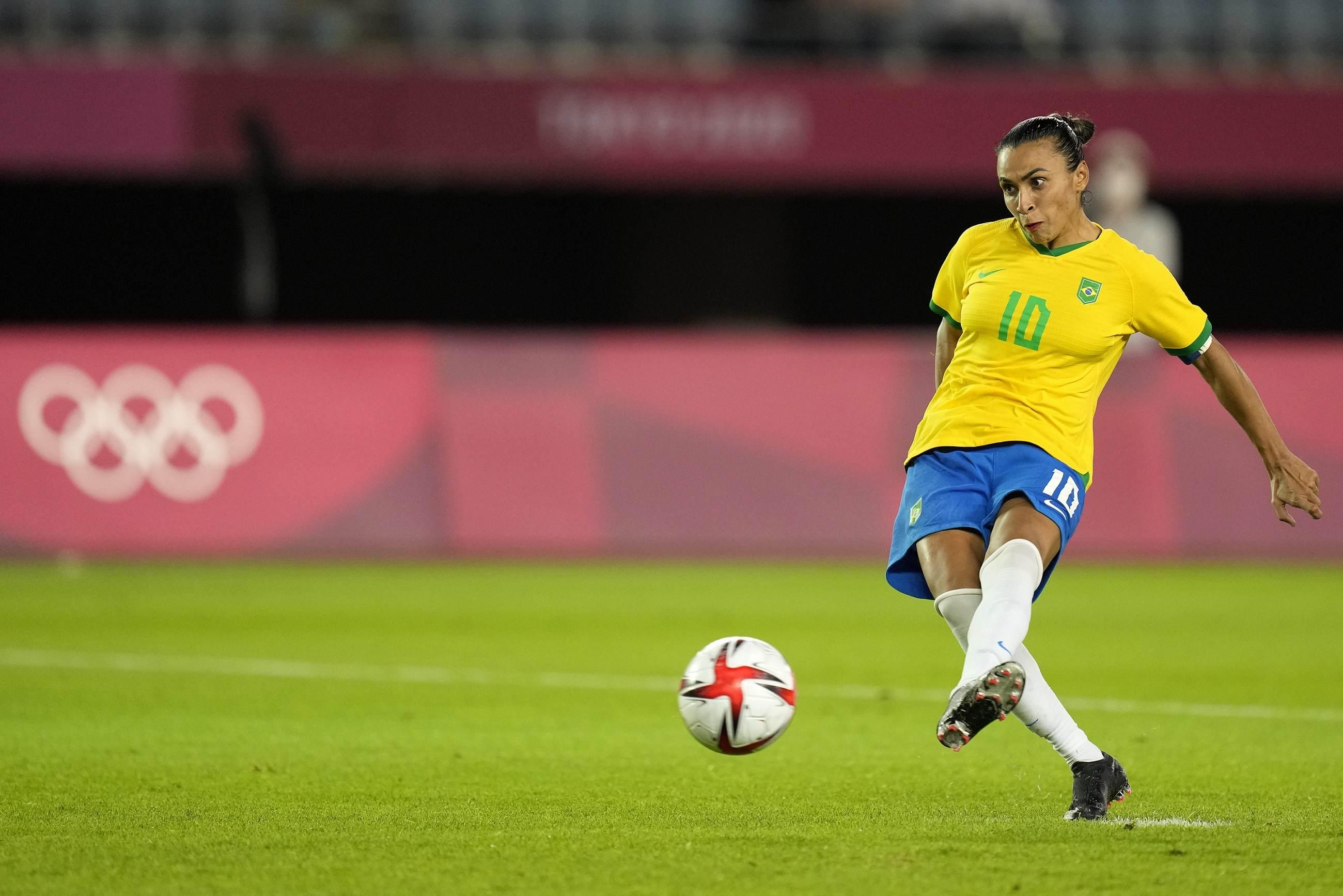 Marta bate pênalti contra o Canadá pelas quartas do futebol das Olimpíadas 2020